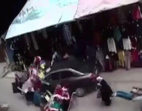 بالفيديو...شخص يدهس بسيارته كل ما يقابله في شارع تجاري