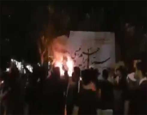 شاهد : محتجون يحرقون مقر أحد مرشحي الانتخابات الرئاسية في ايران