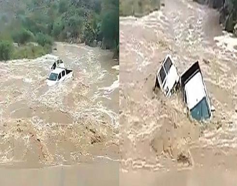 بالفيديو: لحظة انجراف سيارتين إثر سيول وادي مسلة بالسعودية