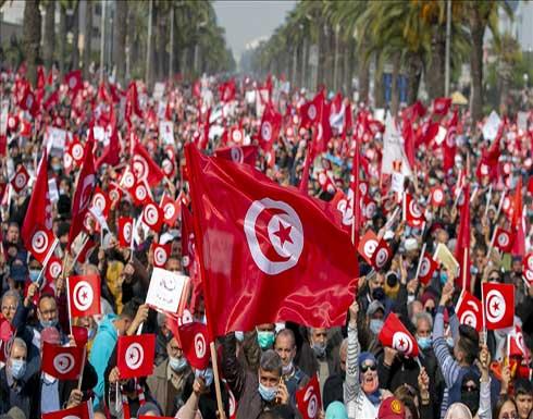 العشرات يحتجون على تفاقم الأزمة السياسية في تونس .. بالفيديو