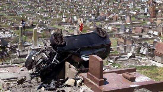 طار بسيارته إلى المقبرة.. وخرج حيا
