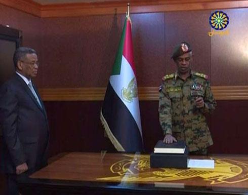 شاهد.. عوض بن عوف يؤدي اليمين رئيسا للمجلس العسكري الانتقالي