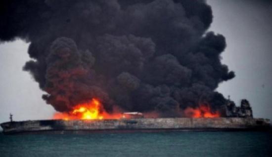 حريق ناقلة النفط الإيرانية قد يستمر شهرا