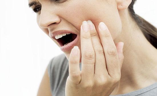 الثوم والنعناع وزيت القرنفل لعلاج التهابات الأسنان