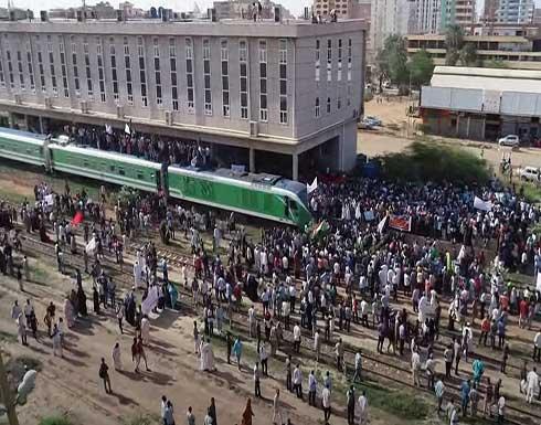 شاهد : مظاهرات حاشدة في الخرطوم دعما للحكومة المدنية ورفضا للمجلس العسكري