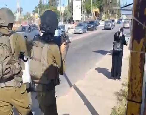 شاهد : الجيش الإسرائيلي يطلق النار على فلسطينية