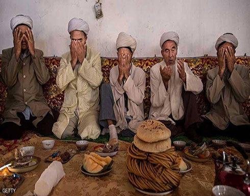 الصين.. إجبار مسلمين على أكل لحم الخنزير وشرب الكحول
