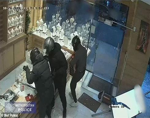 بالفيديو : عصابة تقتحم محل مجوهرات بـ رانج روفر وتسرق محتوياته في لندن