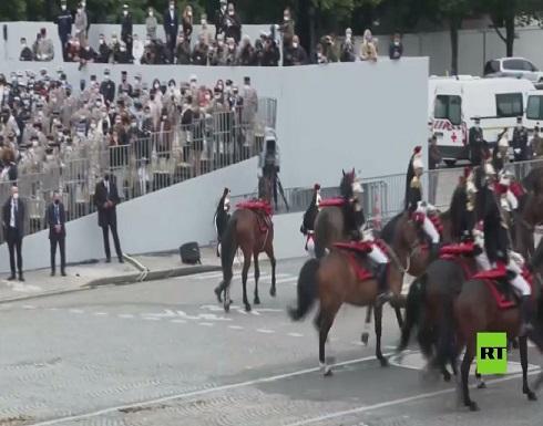 شاهد : حصانان يتعثران أثناء العرض في باريس وسقوط فارسيهما أمام ماكرون