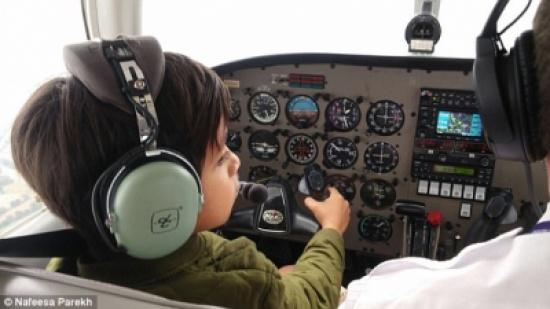 بالصور.. مروان أصغر متدرب على قيادة الطائرات في بريطانيا