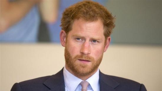 بالصور – الأمير هاري كسر القواعد العسكرية والملكية... لن تصدقوا ماذا فعل!