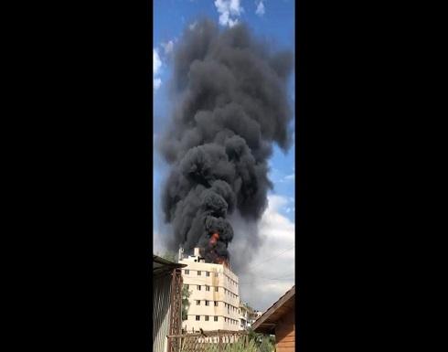 شاهد : اندلاع حريق كبير على سطح أحد المباني في ضواحي بيروت
