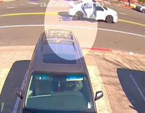بالفيديو : سيدة امريكية تتشبث بحقيبتها بعدما تعرضت للسرقة