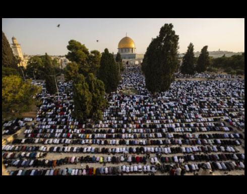 100 ألف فلسطيني  يؤدون الصلاة بالمسجد الأقصى..