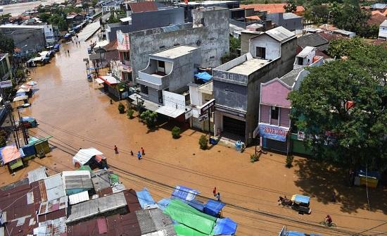 عشرات القتلى والجرحى في سيول إندونيسيا.. والسلطات تحذر