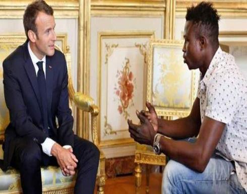بعد تسلقه أربعة طوابع لإنقاذ طفل..لن تتخيلوا ماذا كانت هدية الشاب من الرئيس الفرنسي