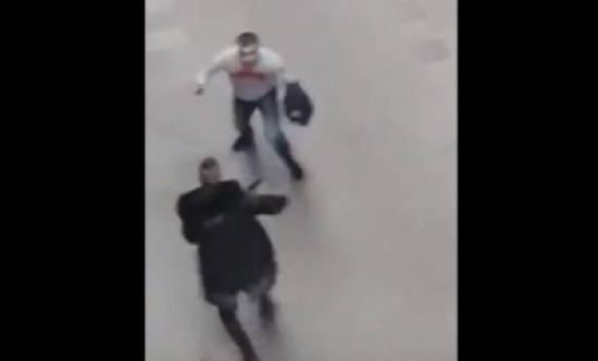 بالفيديو: شجار بين رجُلَيْن في الشارع.. بالسّكاكين والسواطير!