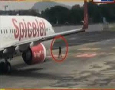 تصرف غريب عجيب.. تسلق جدار المطار ليتمشى بين الطائرات! (فيديو)