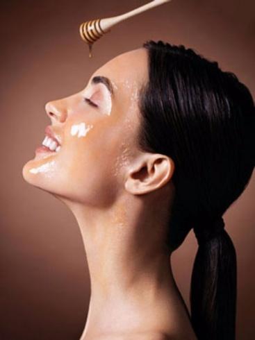 غسلت وجهها بالعسل لمدة أسبوع.. ولم تنظر إليه في المرآة بعد ذلك!!
