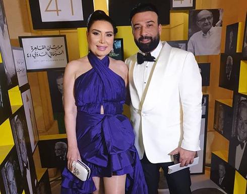 شاهد : قبلات عبير صبري وزوجها تشعل ختام مهرجان القاهرة السينمائي