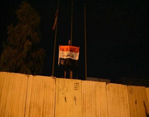 شاهد : انزال العلم الايراني ورفع العلم العراقي في القنصليه الايرانيه
