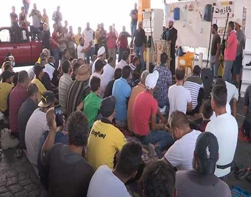 شاهد : إقامة صلاة الجمعة داخل محطة وقود في بيروت