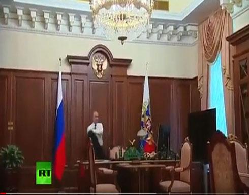 فيديو : شاهد مكتب بوتين في الكريملين والمسافة التي تفصله عن الباب