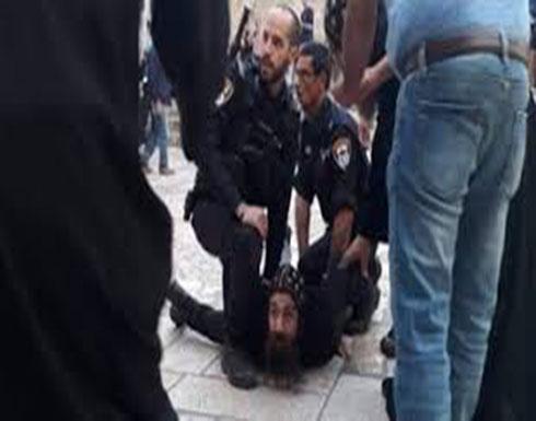 بالفيديو : إسرائيل تعتقل رجل دين مسيحيا وتعتدي بالضرب على آخرين بالقدس