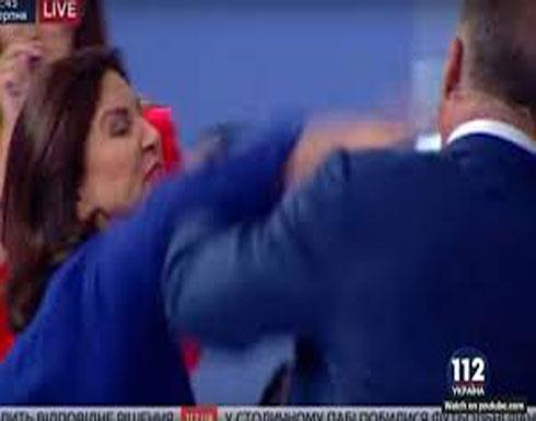 بالفيديو: نائبة أوكرانية تصفع وزيراً على الهواء مباشرة!