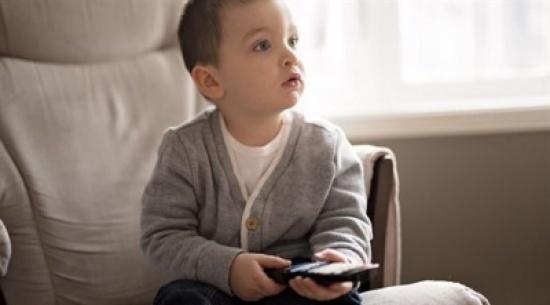 كل ساعة أمام التلفزيون تزيد خطر إصابة طفلك بالبدانة