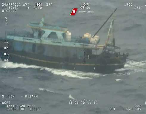 شاهد : إنقاذ 100 شخص كانوا على متن قارب صيد مكتظ قبالة السواحل الإيطالية