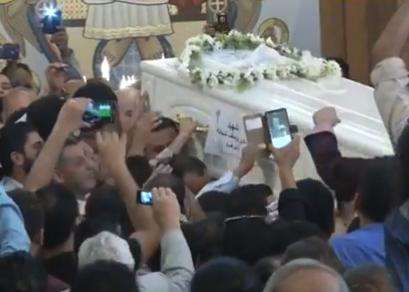 شاهد .. الأقباط يشيعون جثامين ضحايا هجوم المنيا في مصر