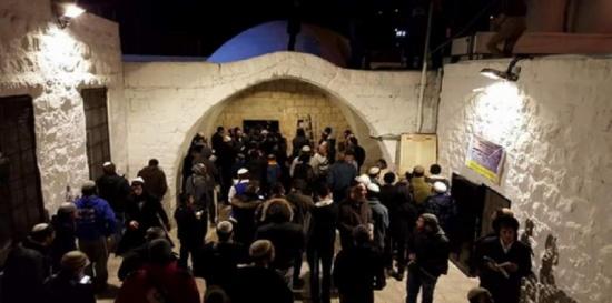 حاخام إسرائيلي مدان بالتحرش الجنسي يقتحم قبر يوسف في أول ظهور بعد السجن