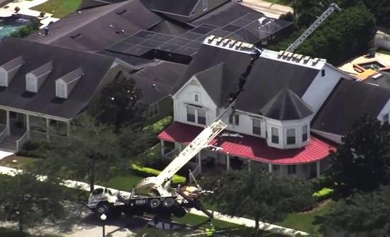 فيديو مروع.. رافعة تقسم منزلاً إلى نصفين ولا إصابات