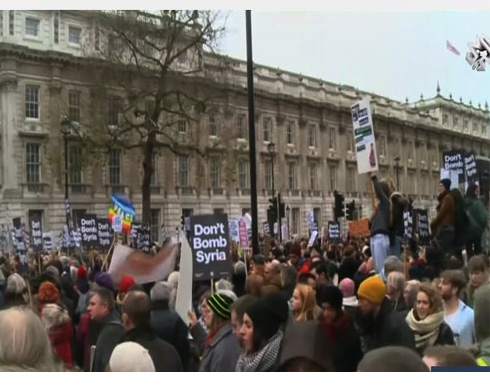 بالفيديو: الآلاف يتظاهرون ببريطانيا واسبانيا رفضاً للتدخل العسكري في سوريا