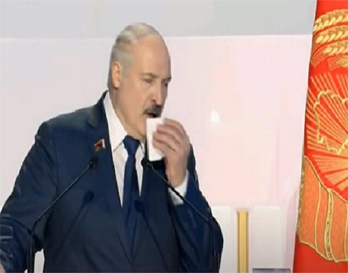 رئيس بيلاروسيا تداهمه نوبة سعال حاد ويختنق صوته.. فيديو