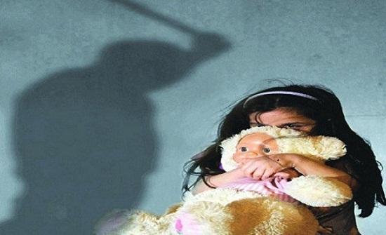 أب يحاول قتل ابنته بسبب درجتين