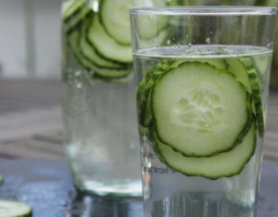 الأسباب الصحية لوضع الخيار بداخل ماء الشرب
