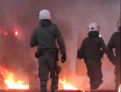 متظاهرون يونانيون يلقون زجاجات حارقة تجاه السفارة الأمريكية