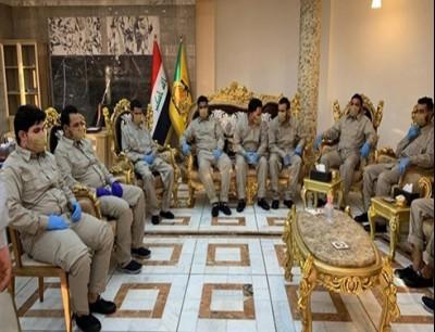 بعض المعتقلين من كتائب حزب الله العراقي بعد الإفراج عنهم (تويتر)