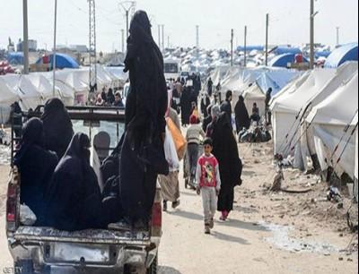 لاجئون ولاجئات في مخيم الهول في شمال شرقي سوريا