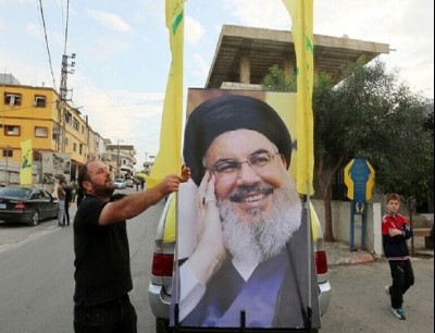 لافتة تحمل صورة الأمين العام لحزب الله اللبناني حسن نصر الله