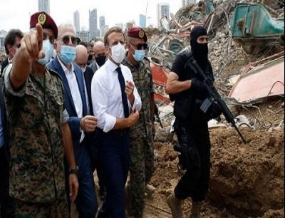 الرئيس الفرنسي ماركون خلال زيارته مرفأ بيروت المدمر