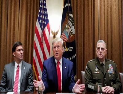 الرئيس الأمريكي، دونالد ترامب، بين وزير دفاع بلاده، مارك إسبر، ورئيس هيئة الأركان المشتركة للقوات الأمريكية، الجنرال مارك ميلي