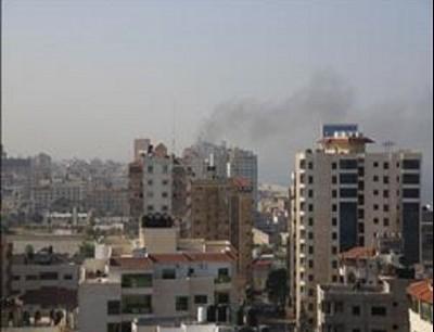 دخان يتصاعد عقب قصف طائرة حربية إسرائيلية شقة سكنية في غزة