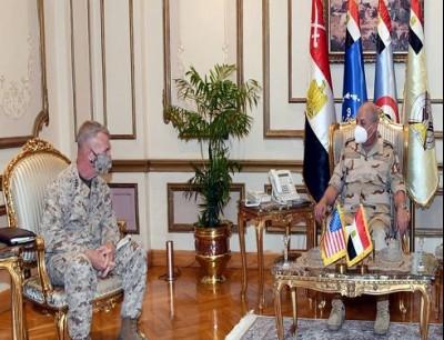 وزير الدفاع المصري (يمين) قائد القيادة المركزية الأمريكية (يسار)