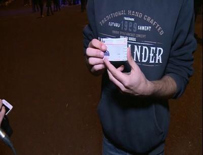 شاب من حزب الله يمزق بطاقته