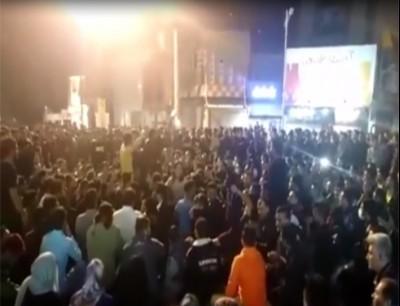 إيرانيون في مدينة بهبهان جنوب البلاد يحتجون على قرار الحكومة رفع أسعار البنزين