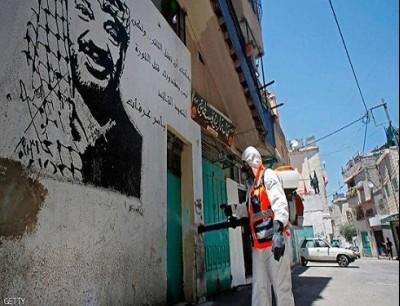 عامل يقوم بتعقيم أحد الشوارع في مدينة بيت لحم