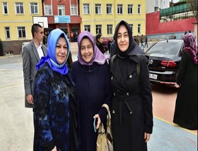 شيماء دوغوجو (أقصى اليسار) كانت أول مُحجبة في تاريخ إسطنبول تشغل منصب نائب رئيس بلدية